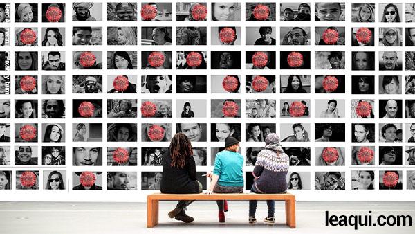 três pessoa sentadas em um banco olhando um enorme painel com fotos de pessoas e em algumas existe a imagem do coronavírus em vermelho - consequências espirituais do descaso com a pandemia