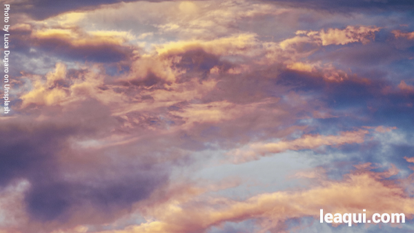 céu com nuvens multicoloridas amorosos anjos de Deus
