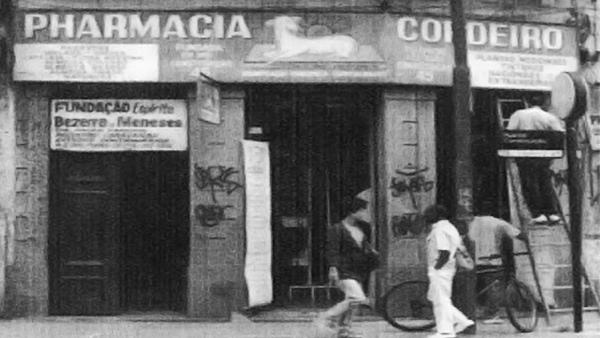 """fotografia da fachada da farmácia Cordeiro onde ao lado o Dr. Bezerra clinicava Dr. Bezerra """"médico dos pobres"""""""