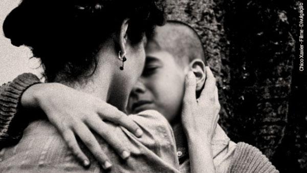 uma ilustração da mãe de Chico Xavier o abraçando em criança para consolá-lo infância de Chico Xavier