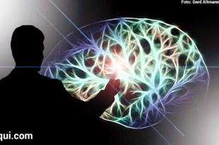 ilustração de um homem apontando para uma sinapse de um cérebro