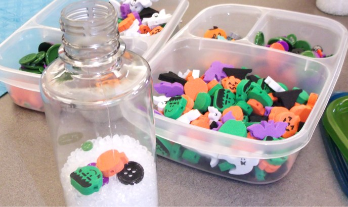 "Easy Halloween Sensory Bottles (aka ""I Spy"" bottles) for Babies and Toddlers!"