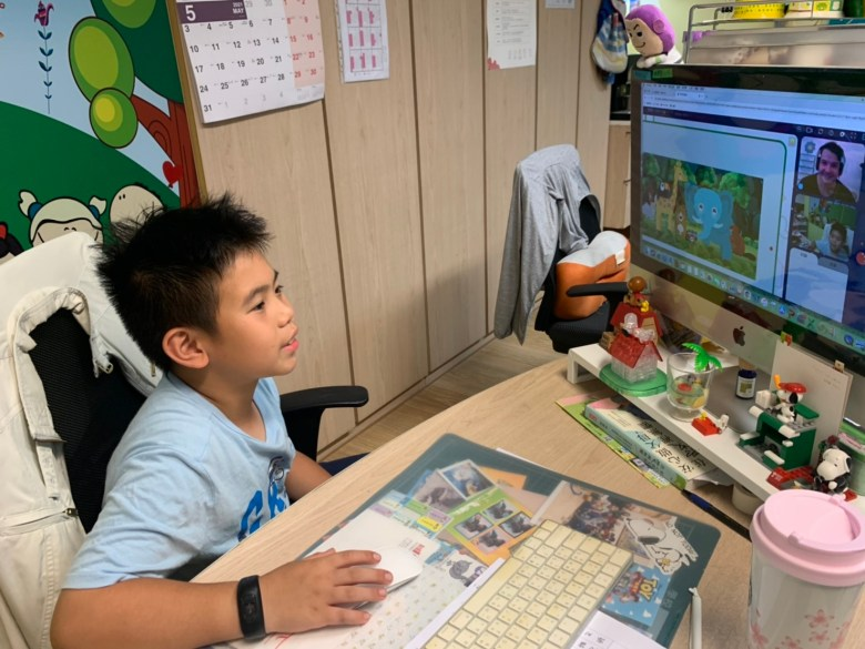 哥哥和老師正在聊喜歡的動物