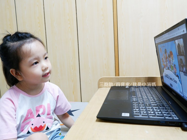 媛寶專注跟著老師說英文