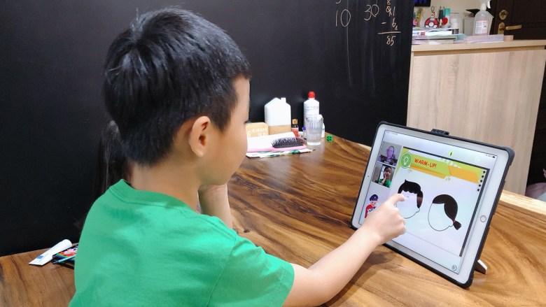繪畫互動式教學,Eason嘗試自行畫出五官