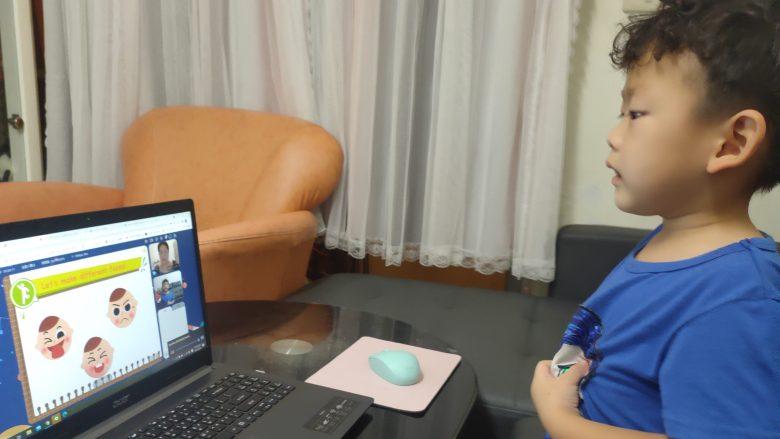 皓皓第一次接觸英文就能開心學習,媽媽已經很開心