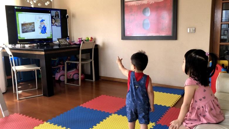 阿木會把回放影片接到大螢幕,讓帥帥也可以一起在旁邊聽