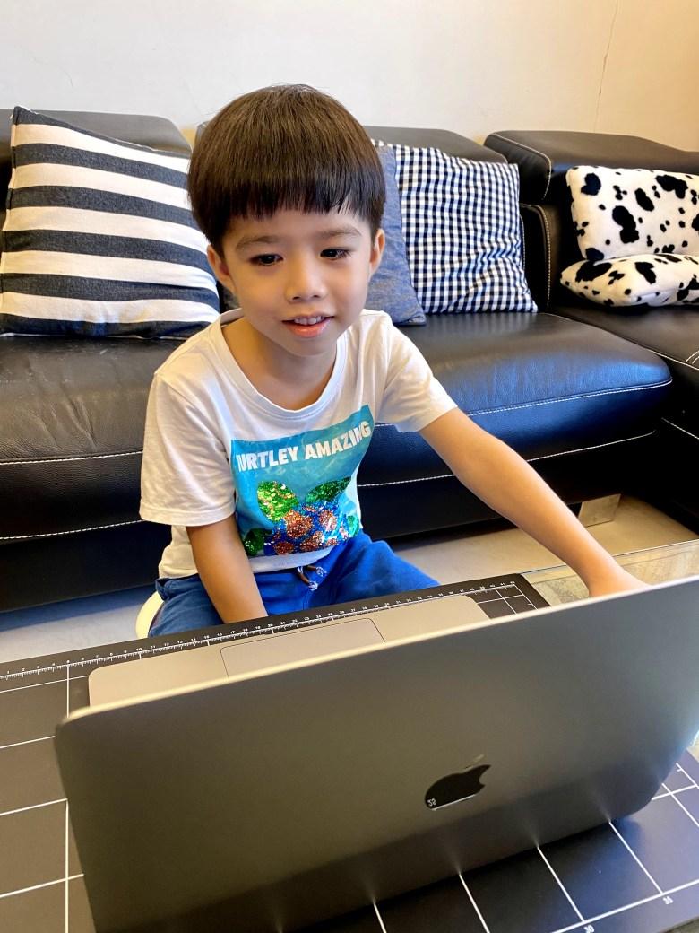 Eggsy 第一次上真人線上互動的課程,所以他有點害羞加緊張