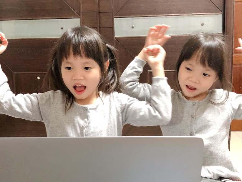 兩小妞上 OiKID 手舞足蹈。
