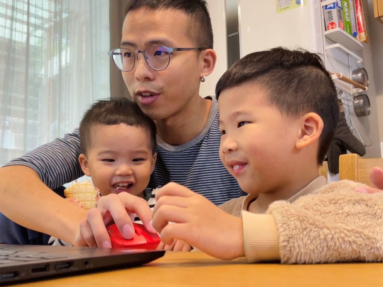 家長陪伴孩子一起學習成長