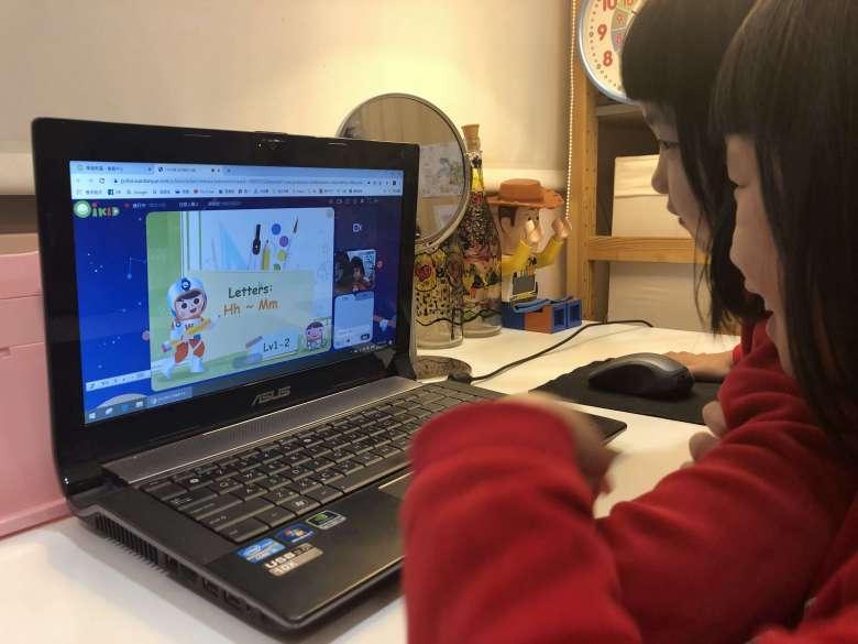 阿栗阿朵專心的看著螢幕學習