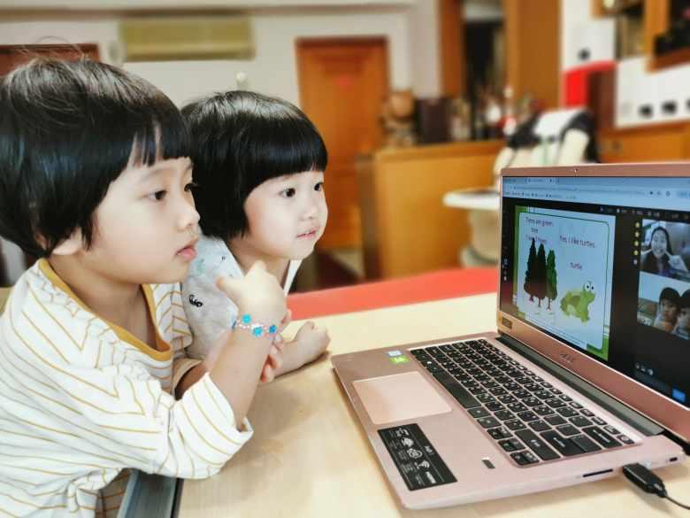 兩姊妹專注學英文!