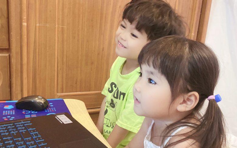 整堂課就像玩遊戲一樣,潼潼的哥哥也被吸引