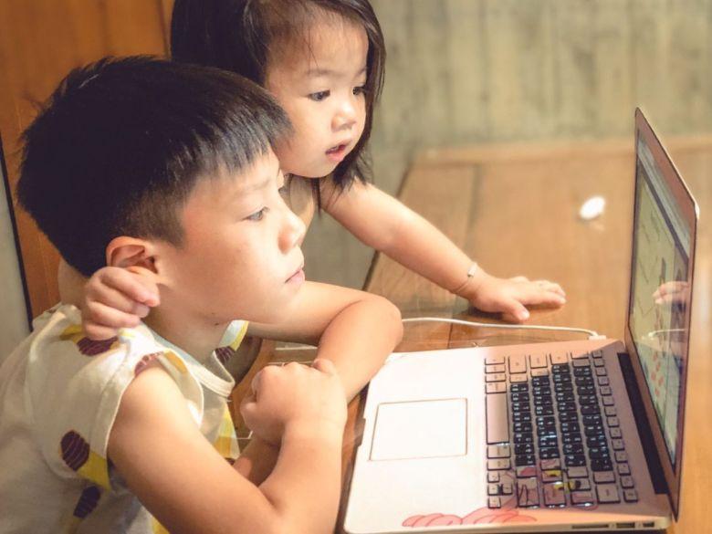小金魚知道哥哥在上課,會旁邊靜靜的聽老師說話
