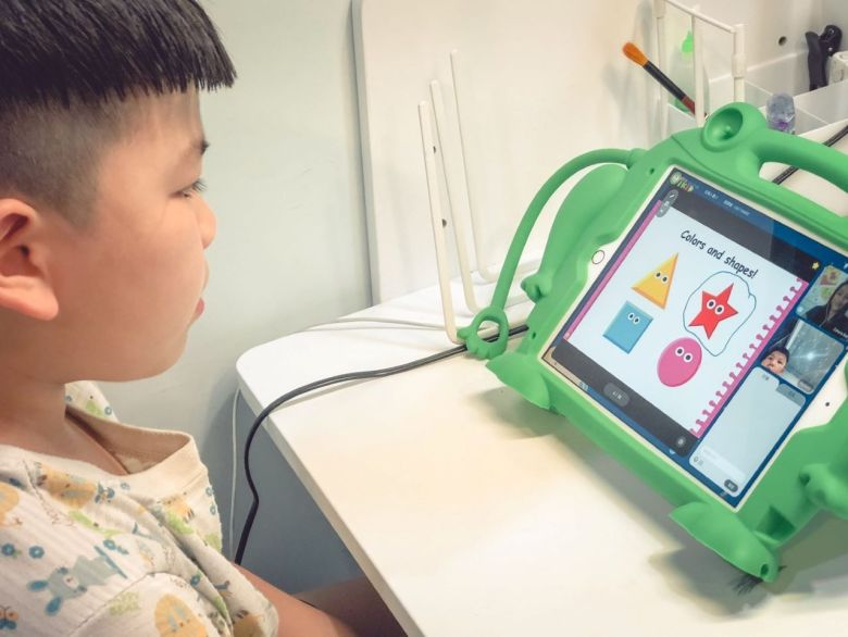 老師會出題目給小朋友作答,互動式學習讓他很開心