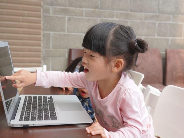 若宸開心指著電腦裡的圖片
