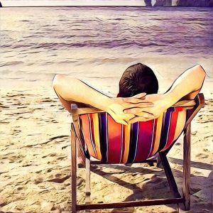 Hombre disfrutando en la playa