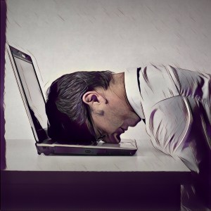 Hombre aburrido con los emails interminables