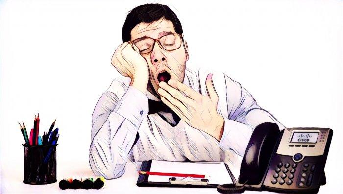 Hombre aburrido en una reunión online