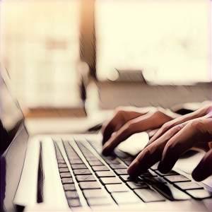Mujer escribiendo en teclado