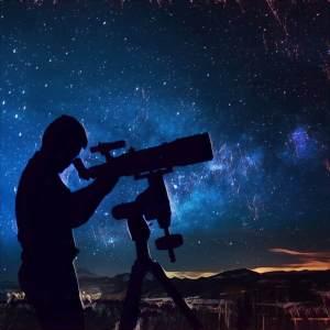Hombre mirando a las estrellas