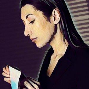 mujer abriendo un sobre