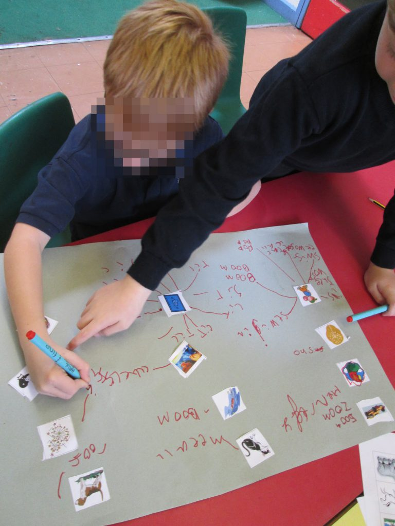 These children have chosen to gather onomatopoeic words using photos and sugar paper.