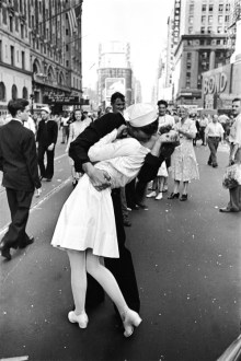 Why Documentary Photography Is Important     LearnMyShot     Photography        V J Day  Times Square     1945  a k a     The Kiss        Alfred Eisenstaedt   1945  Looking back  documentary photography