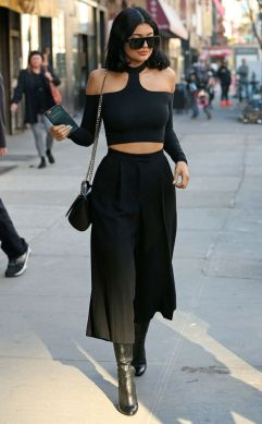 crop top con cut outs y crop pants. Todo en negro.