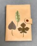No.05001-07おくすり手帳ケース(ベージュに木の葉)