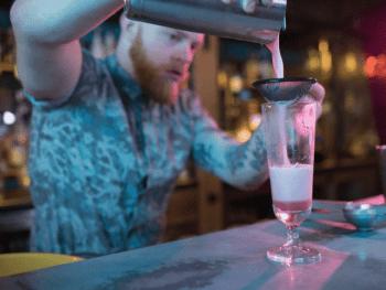 Tu progresses en bossant avec son meilleur pote - Le Barman Vous Deteste