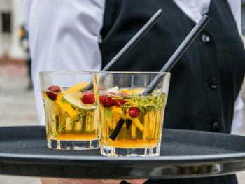 Service à table avec le verre connecté - Le Barman Vous Deteste