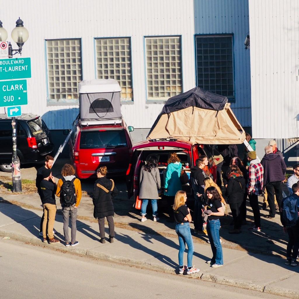 Exposition de tentes de toit souples et rigides sur Dodge Grand Caravan