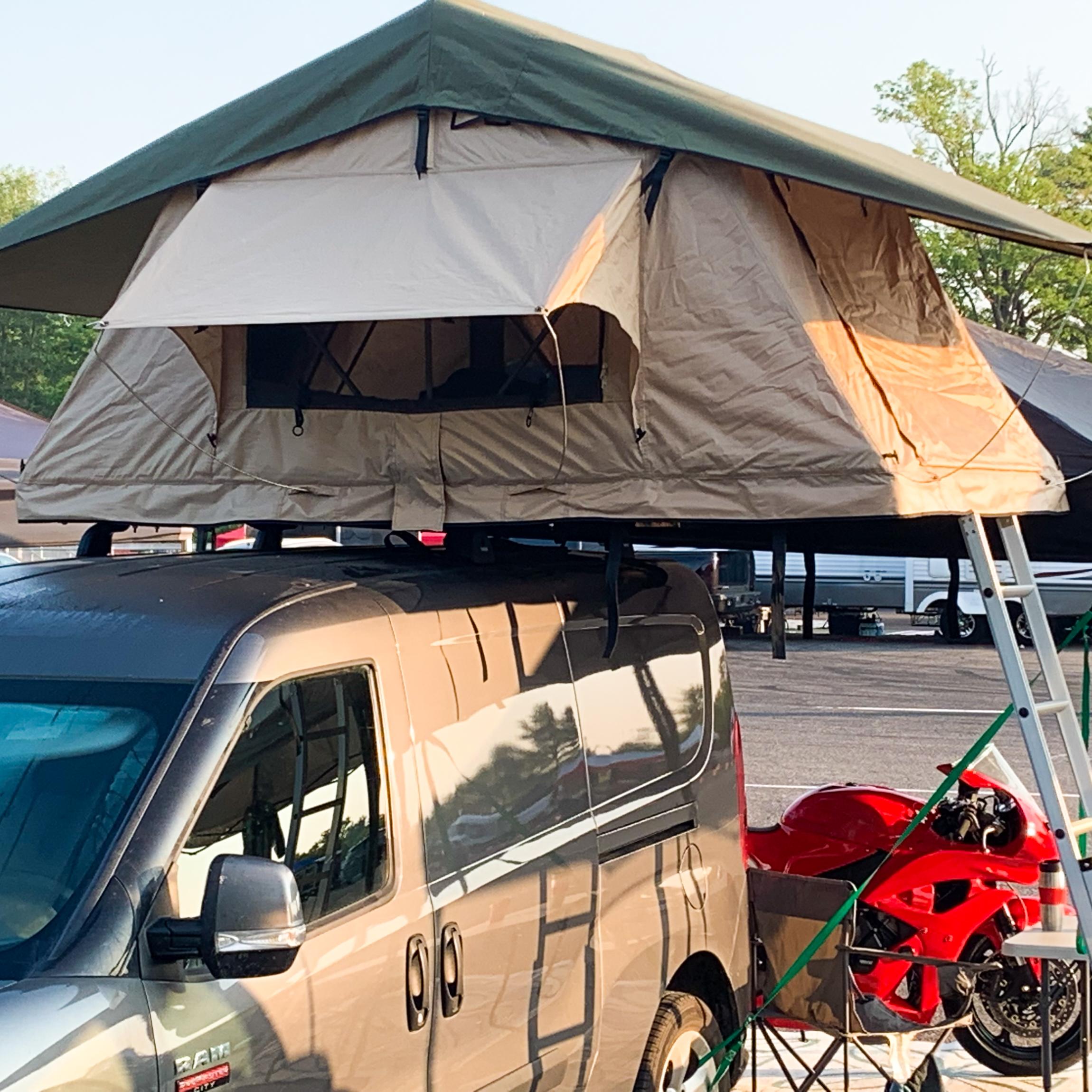 Tente de toit souple sur Dodge Grand Caravan, parfait pour dormir à la belle étoile