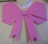 décorer un paquet d'un noeud de papier