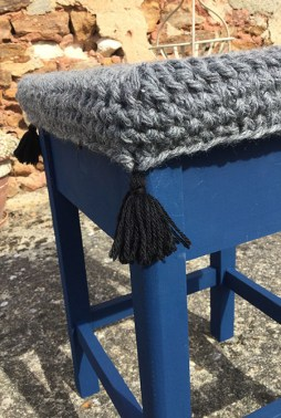 crochet et pompons tabouret