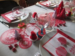 table de Noël en rouge et blanc mini bonnet Noël au crochet