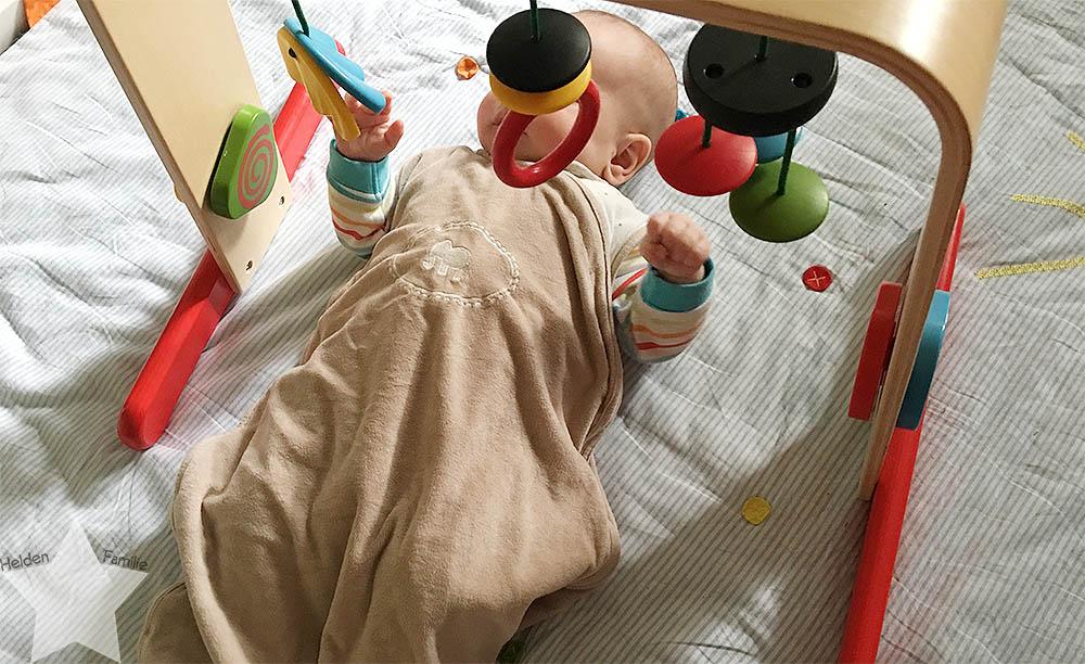 Ostern in Bildern - Baby spielt