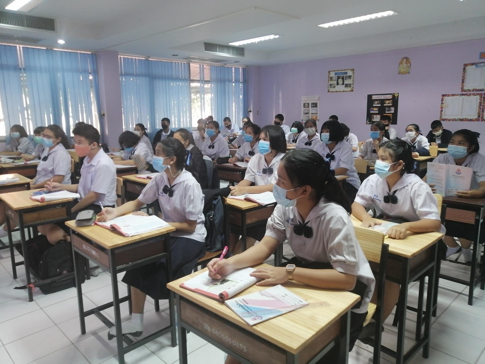 Schulbetrieb drinnen während Covid-19