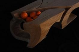 Eine Holzskulptur die auch ein Loungetisch ist