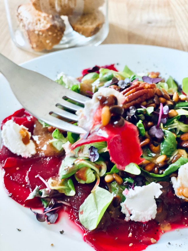 Rote Bete Carpaccio +Ziegenfrischkäse +Pekannüsse + Pinienkerne + Himbeervinaigrette