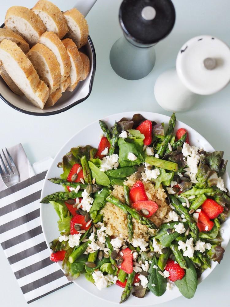 Gedeckter Tisch_Salat mit Quinoa, grünem Spargel und Erdbeeren