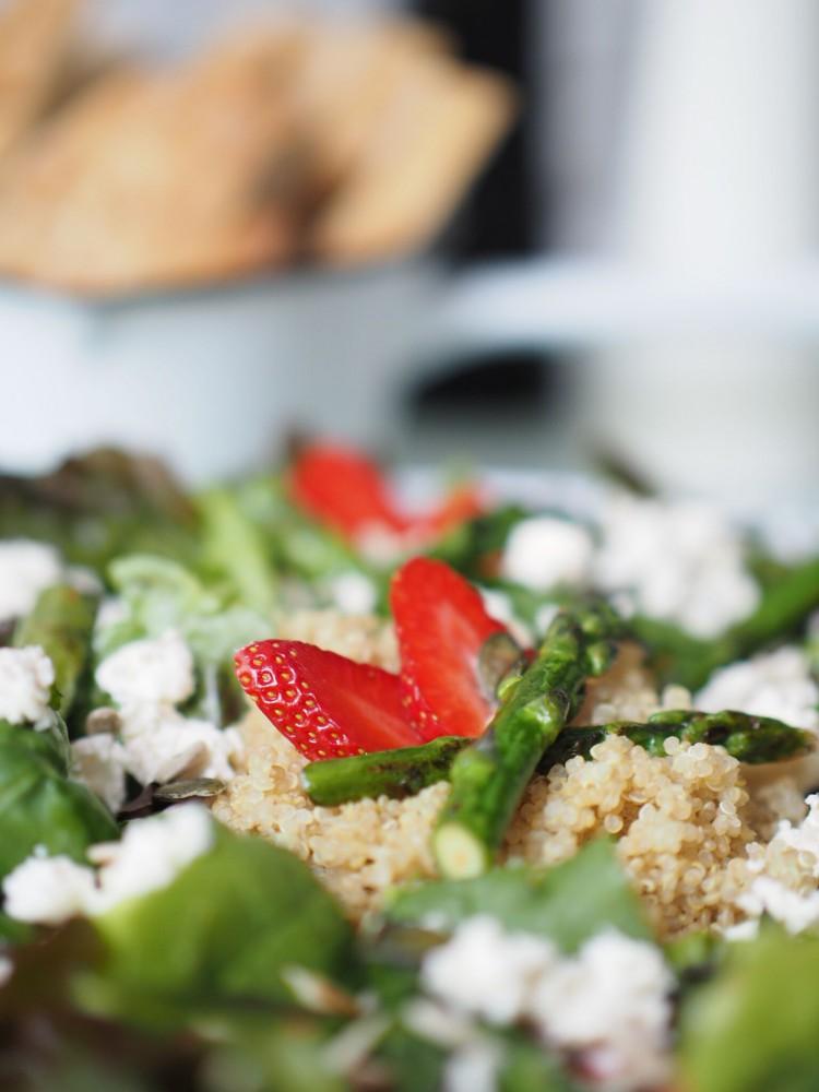 Salat mit Quinoa, grünem Spargel und Erdbeeren 2