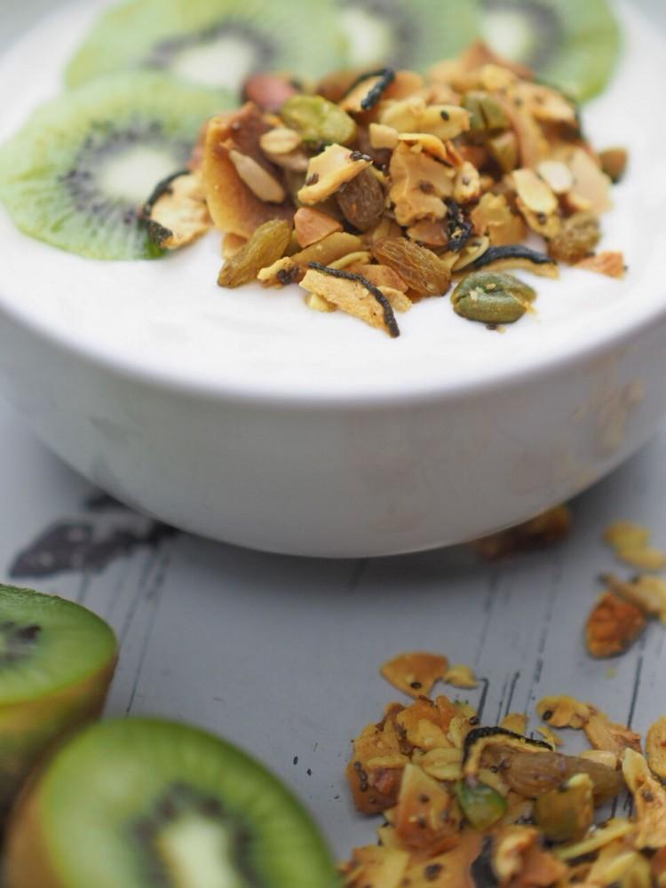 FEED YOUR FITNESS Sommer Granola mit Joghurt und Kiwi