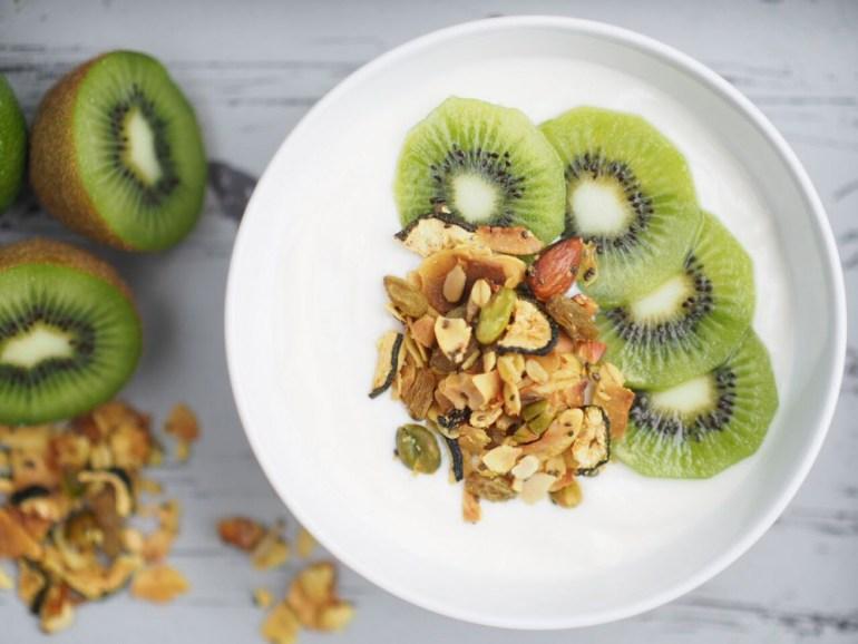 Granola mt Joghurt und Kiwi als leckeres Müsli zum Frühstück