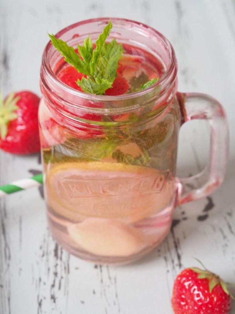 FEED YOUR FITNESS_Trend Drink_Infused Water_Erdbeeren mit Minze und Zitronejpg