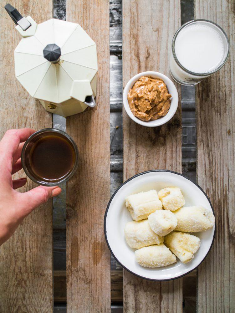 Zutaten für eine Espresso Smoothie Bowl mit Banane, Erdnussbutter und Mandeldrink