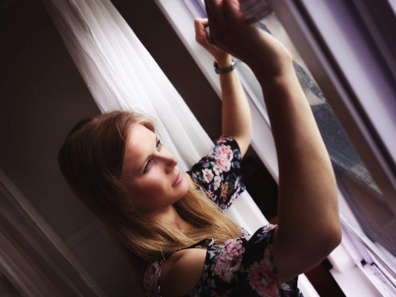 Portrait am Fenster in Florida bei Regenwetter_Wunderschöne Airbnb Wohnung