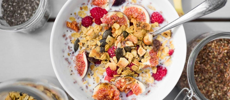 Selbstegmachtes Granola mit frischen Früchten auf FEED YOUR FITNESS