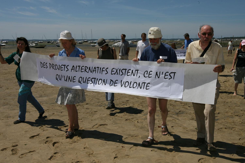 le cortège se rend sur le sable mouillé (nous sommes à marée basse la marée sera haute à 21 h avec une coefficient de 72)